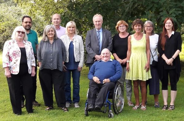 Eine Gruppe von Personen, eine davon im Rollstuhl.